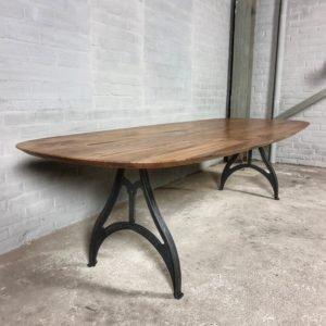 Ovaler Tisch aus amerikanischem Nussbaumholz und Gusseisen Tischgestell