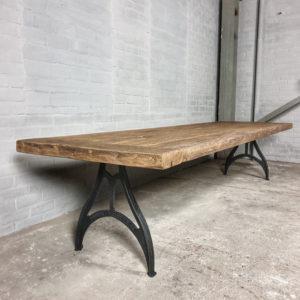 Industrie Design Tisch – Gusseisen Beine - Tischplatte 7 cm dick sonnenverbrannte Altholz Eiche - DT17