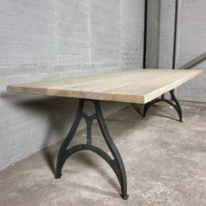 Tisch Industrie design - Gebleichtes Altholz Eiche Tischplatte - Gusseiserne Beine - IND714