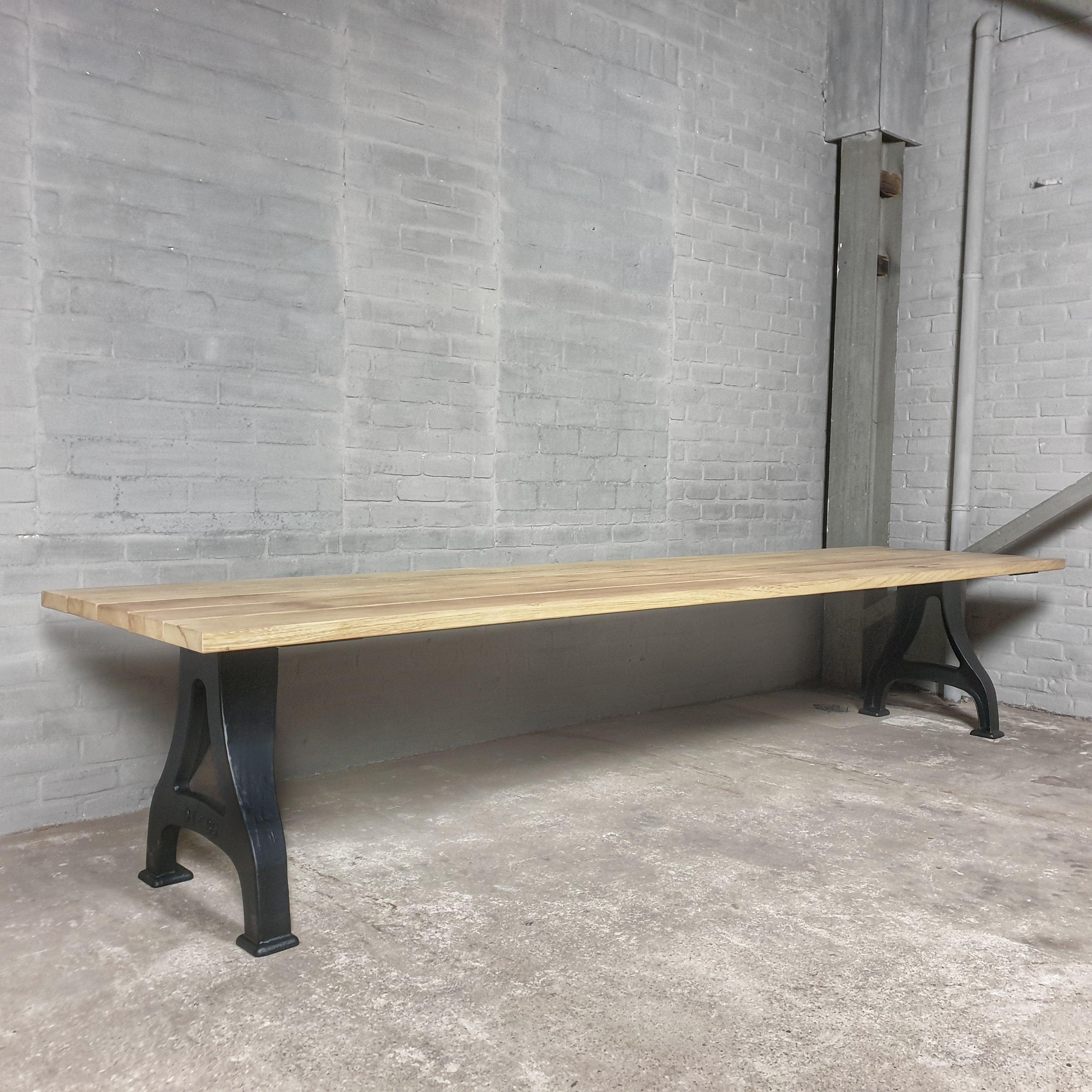 Industrie Design Gartentisch mit Beine aus Gusseisen, Tischplatte aus Hartholz Iroko - T01