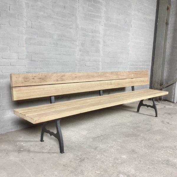 Industrie Design Gartenbank mit Rückenlehne und Beinen aus Gusseisen, Hartholz Iroko - T06