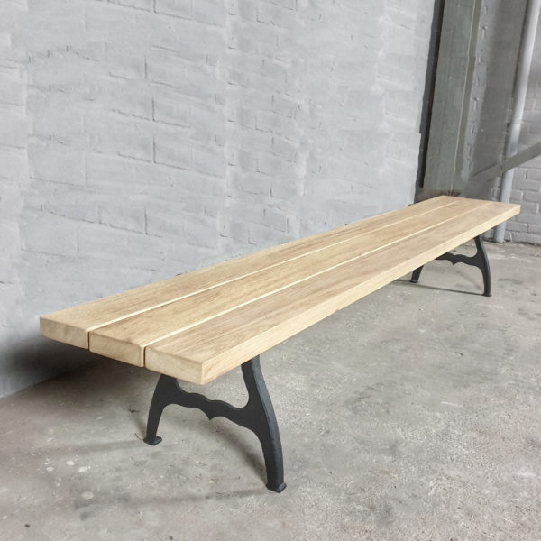 Industrie Design Gartenbank mit Beinen aus Gusseisen, Hartholz Iroko - T07