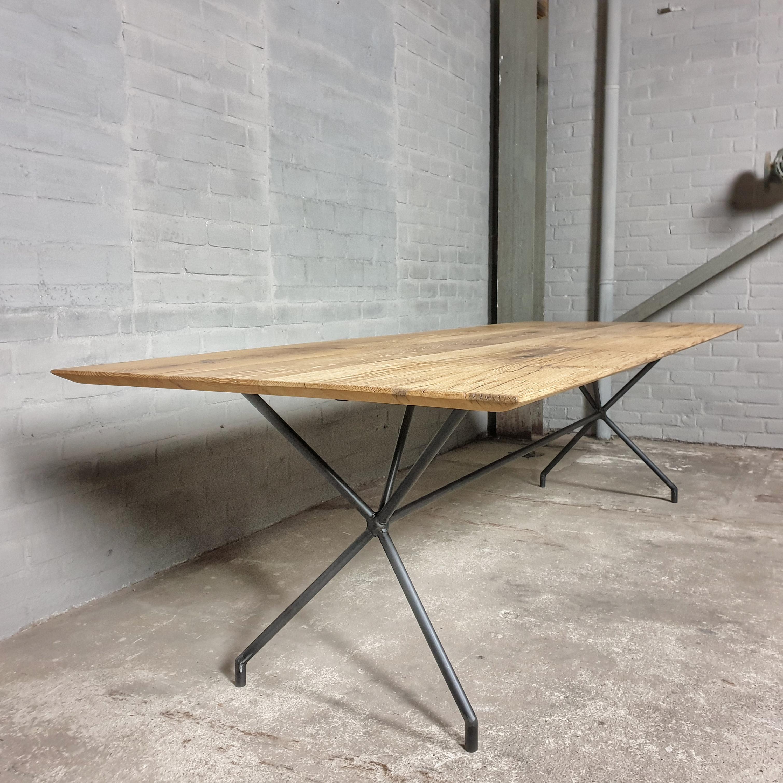 Moderner Tisch - Tischgestell aus Stahl & Altholz Eiche Tischplatte mit Facettenrand - IND717