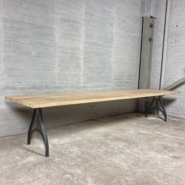Industrie Design Gartentisch mit Beine aus Gusseisen, Tischplatte aus Hartholz Iroko - T03