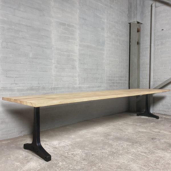 Industrie Design Gartentisch mit Beine aus Gusseisen, Tischplatte aus Hartholz Iroko - T05