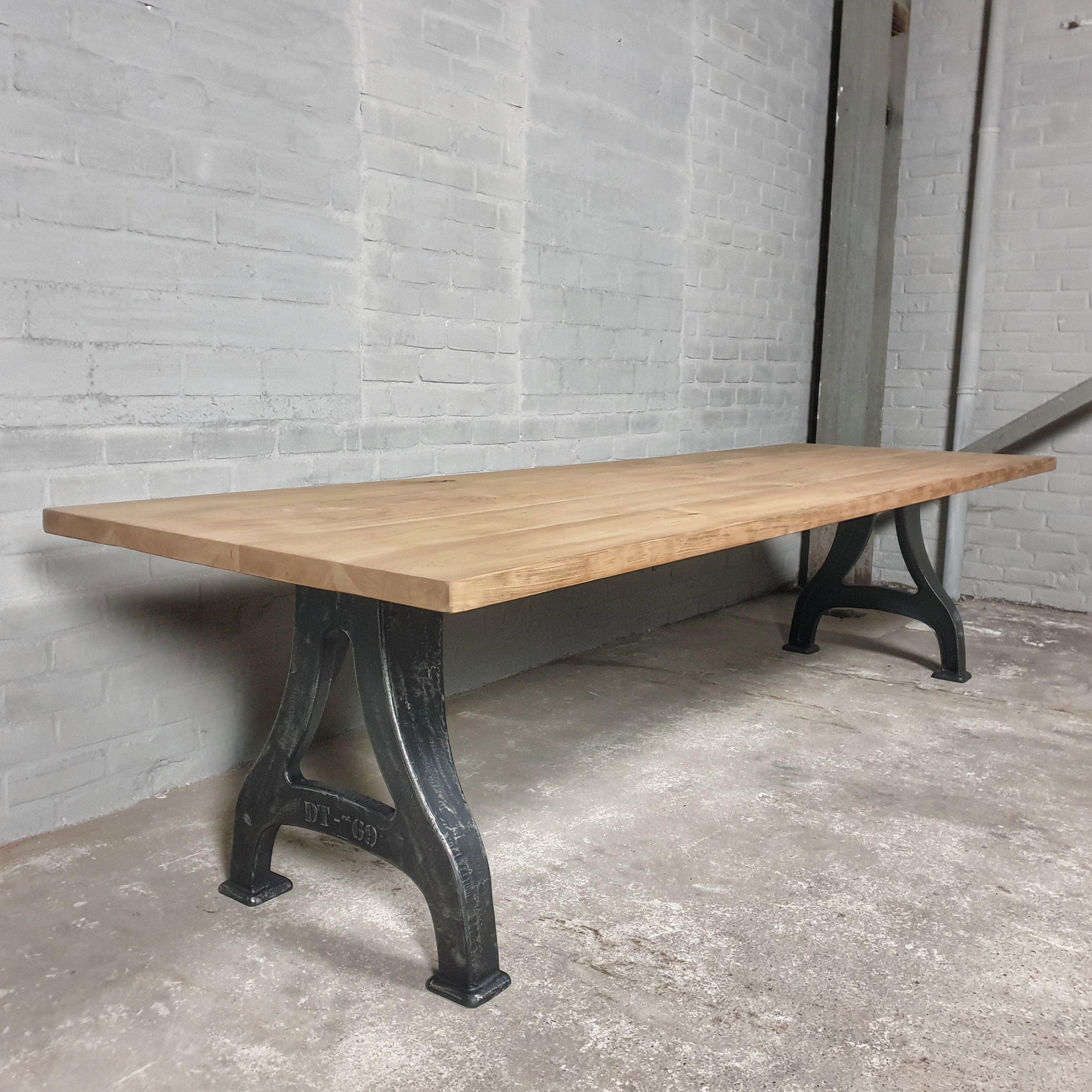 Industrie Design Tisch – Gusseisen Tischgestell - massivem rustikalem Kirschholz Tischplatte - IND724