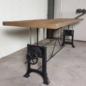 höhenverstellbarer Tisch mit 7 cm alter Eichenplatte - Industriedesign