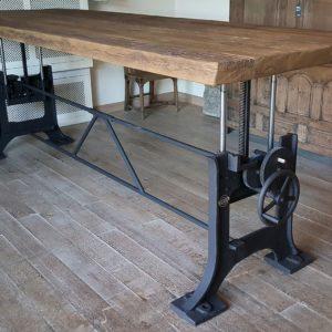 höhenverstellbarer Tisch mit altem Gusseisen Tischgestell - Industrie Design