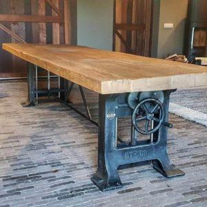 robuster höhenverstellbarer Industrietisch - Gusseisen Tischgestell - Alter Eiche Tischplatte